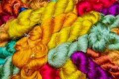 Samling av färgrika peruker royaltyfri fotografi