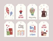 Samling av födelsedagetiketter eller etiketter med buketten av blommor, muffin med bränningstearinljuset, gåvor, ballonger som är vektor illustrationer