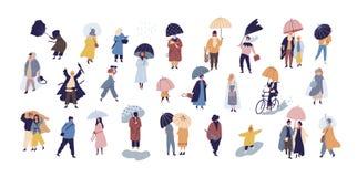 Samling av folk som går under paraplyet på regnig dag för höst som isoleras på blå bakgrund Folkmassa av mycket små män och kvinn stock illustrationer
