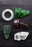 Samling av gamla havsexponeringsglasflaskhalsar Arkivbild