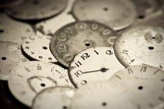 Samling av gamla klockavisartavlor Arkivfoto