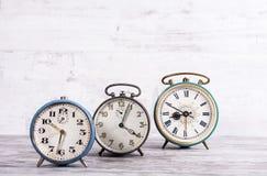 Samling av gamla kommunistiska rostiga klockor Arkivbild