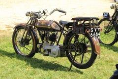 Samling av gamla motorcyklar i England i sommaren arkivbilder
