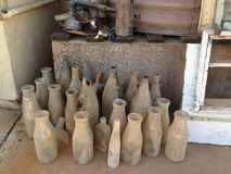 Samling av gamla nytt grävde upp flaskor Arkivbilder
