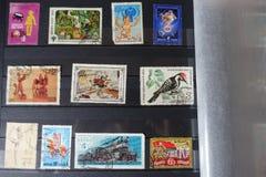 Samling av gamla sovjetstämplar i album royaltyfria foton