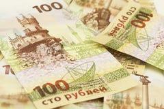 Samling av hundra ryska rubel minnes- sedlar med den Krim symbolicsen royaltyfria foton