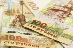 Samling av hundra ryska rubel minnes- sedlar med den Krim symbolicsen royaltyfri fotografi