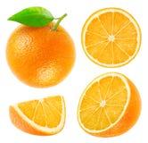 Samling av isolerade hela och klippta apelsiner Royaltyfria Foton