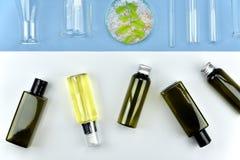 Samling av kosmetiska flaskbehållare och laboratoriumglasföremål, tom etikett för att brännmärka modellen Royaltyfri Foto