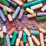 Samling av kulöra konstnärliga pastellfärgade färgpennor för regnbåge Royaltyfria Bilder