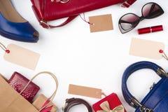 Samling av kvinnakläder och tillbehör på försäljningen, vit bakgrund Royaltyfria Bilder