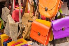 Samling av läderhandväskor på stall på basaren Arkivbild