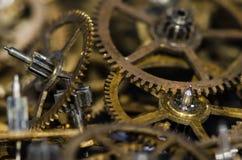 Samling av metalliska klockakugghjul för tappning på en svart yttersida Arkivbild