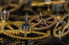 Samling av metalliska klockakugghjul för tappning på en svart yttersida Royaltyfri Foto