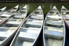 Samling av metallstakbåten i floden i Cambridge, England, UK Arkivfoton