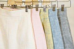 Samling av modekjolar på hängaren brandnames som clothing copyrighten inget objektlager Royaltyfria Foton