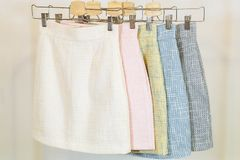 Samling av modekjolar på hängaren brandnames som clothing copyrighten inget objektlager Royaltyfri Foto