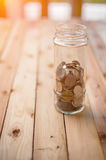 Samling av mynt i den glass besparingkruset arkivbild