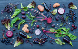 Samling av nya purpurfärgade frukt och grönsaker royaltyfria bilder