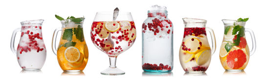 Samling av olika drinkar i grupperingsexponeringsglas Arkivbilder