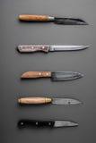 Samling av olika kökknivar på en grå bakgrund Fotografering för Bildbyråer
