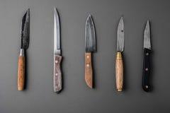 Samling av olika kökknivar på en grå bakgrund Royaltyfri Bild