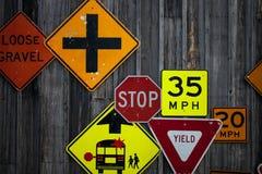 Samling av olika vägmärken på den lantliga träväggen Fotografering för Bildbyråer