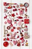 Samling av röd och vit rutig julgarnering på wo Arkivfoto