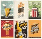 Samling av retro affischer med organiska fruktsafter och populära drinkar stock illustrationer