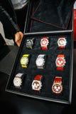 Samling av schweiziska klockor i klockaask Arkivfoton