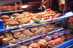 Samling av smörgåsar i ett shoppafönster Royaltyfria Foton