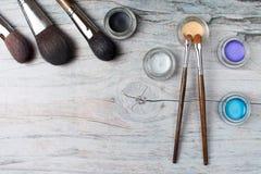 Samling av sminkprodukter på träbakgrund med copyspace Royaltyfria Bilder