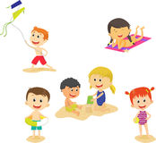 Samling av tecknad filmungar som har gyckel på strandsommar stock illustrationer