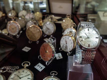 Samling av till salu klockor arkivbilder