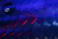 Samling av vinylrekord med hörlurar Arkivfoton