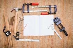 Samling av worktools, uppsättning av funktionsdugliga hjälpmedel (Stålskiftnyckeln, hammare, spikar, bultar, skiftnycklar, etc. ) Royaltyfri Bild