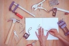 Samling av worktools, uppsättning av funktionsdugliga hjälpmedel (Stålskiftnyckeln, hammare, spikar, bultar, skiftnycklar, etc. ) Royaltyfri Foto