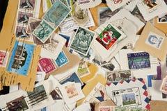 samling blandade använda portostämplar royaltyfri fotografi