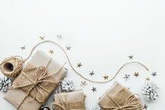 Samling för gåvaaskar som slås in i kraft papper med vit bakgrund arkivfoto