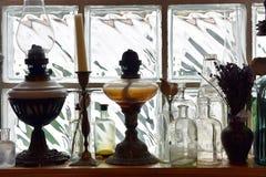 Samling för tappningparaffinelampa framtill av en glass tegelsten Fotografering för Bildbyråer