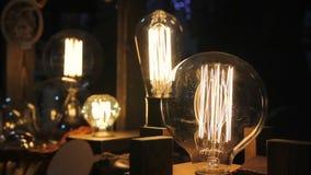 Samlingen av dekorativa Edison ljusa kulor, tappning anmärker, den idérika designen stock video