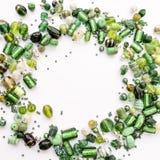 Samlingen av gröna glass pärlor formade in i den offcenter girlanden Royaltyfri Fotografi