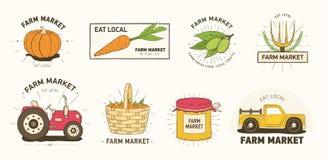 Samlingen av lantgård- eller jordbruksmarknadlogoen eller etiketter med grönsaker, bonde` s bearbetar med maskin, hjälpmedel och  vektor illustrationer