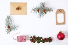 Samlingen för julgåvaasken med kuvertet, band, röda bär för åtlöje upp mall planlägger ovanför sikt Lekmanna- lägenhet, kopiering Royaltyfri Foto