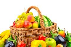 Samlingsfrukt och grönsak i korg Arkivbilder