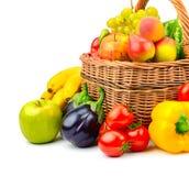 Samlingsfrukt och grönsak i korg Fotografering för Bildbyråer