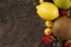 Samlingsfrukter och grönsaker på träbakgrund med kopieringsutrymme Fotografering för Bildbyråer