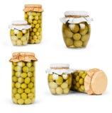 Samlingsuppsättning av blandade inlagda oliv och olivträdfilialen royaltyfri foto