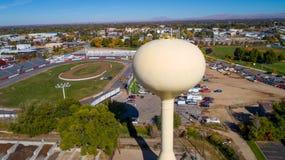 Samll镇与大黄色水塔的小汽车赛轨道 库存照片