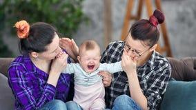 Samma-könsbestämma parföräldern som har förälskelse som känner sig till den lilla gulliga ledsna gråt, behandla som ett barn mede